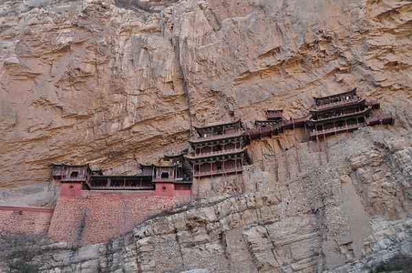 Xuankong Si (Hanging Monastery) sa Mt. Heng Shan sa Datong, Tsina. Nahimo kang 491 kag bukas para sa Budhismo, Taoismo, Confucianismo.