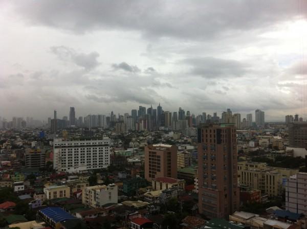 Ang Makati halin sa akun bilding sa Manila, aga kang Lunes, may bagyo nga si Labuyo.