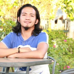 Vijae Orquia Alquisola. Guro ng panitikan sa De La Salle-Dasmariñas, Cavite. Naging fellow sa mga national writers workshop tulad ng IYAS at Iligan. Ipinanganak sa Sampaloc, Quezon at lumaki sa Lucena City.
