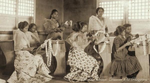Lace Making Class, Manila [circa 1910] PearloftheOrient:DiscoverOldPhilippines https://www.facebook.com/DiscoverOldPhilippines