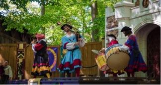 Mga musikero nga gagamit kang tradisyonal nga bagpipe, plawta, tambor.