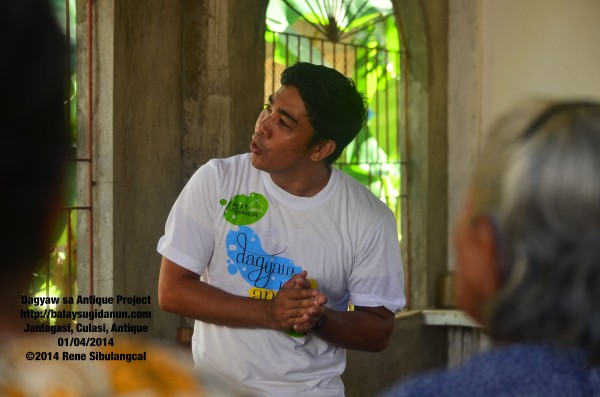 Zurick Sumugat, our local host & coordinator, led a community-singing of 'Pusong Bato.'