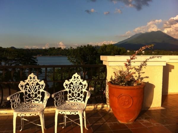 Balkonahe ng Tahanan ni Aling Meding (Hotel) kaharap ang Sampaloc Lake sa San Pablo, Laguna /Pangga Gen
