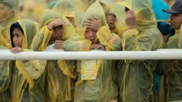 AP Photo/Wally Santana (http://newsinfo.inquirer.net/665501/pope-francis-asks-yolanda-survivors-hold-on-to-mama-mary)