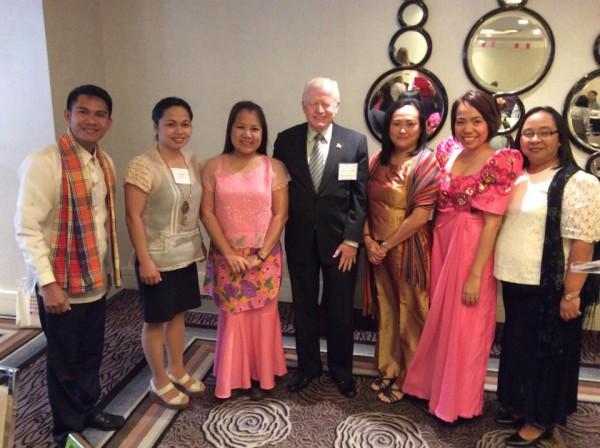 Kaimaw ang lima pa gid ka Pinoy ILEP scholars. Sa tunga, si Hon. Jose L. Cuisia, Jr., Ambassador of the Republic of the Philippines to the United States.